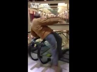 Мужик сломал эскалатор (440.794 KB)