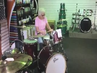 Бабуля-барабанщица