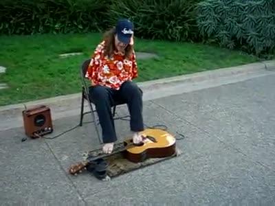 Парень играет ногами на гитаре (5.765 MB)