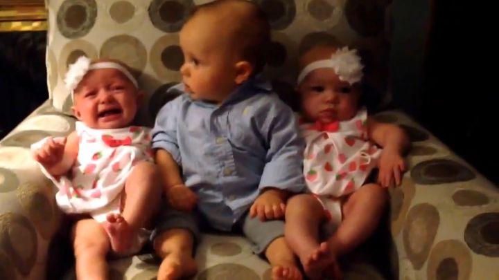 Малыш в шоке от близнецов (2.831 MB)