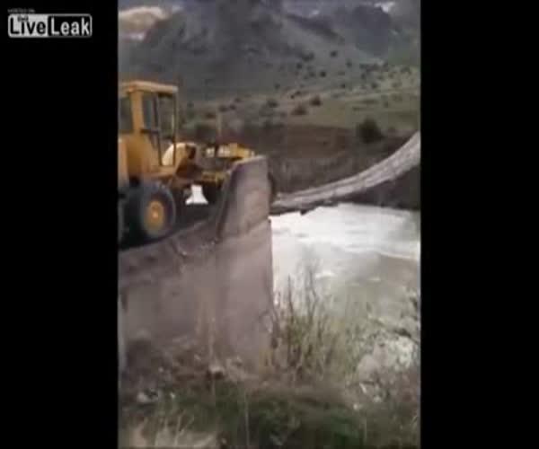 На тракторе по подвесному мосту (7.588 MB)