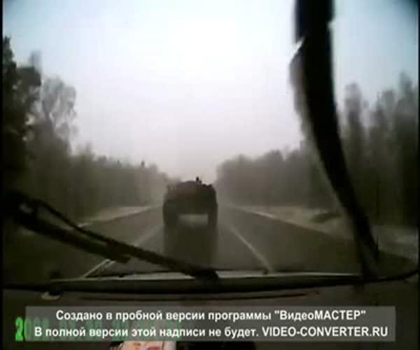 БТР занесло на мокрой дороге (4.777 MB)