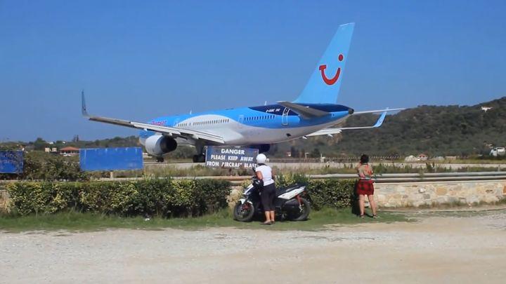 Самолет буквально сдул парня с квадроциклом (6.461 MB)