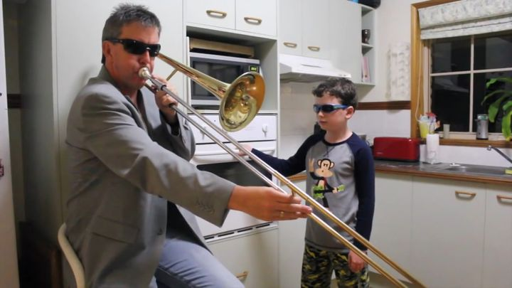 Отец и сын исполнили кавер на песню Freaks (1.534 MB)