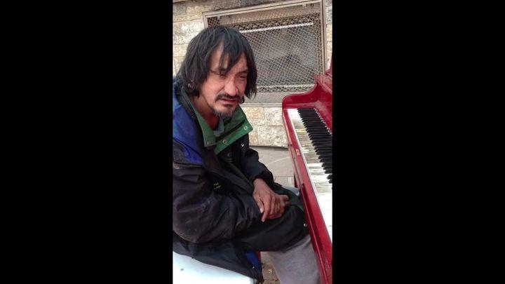 Бездомный играет мелодию собственного сочинения (8.811 MB)