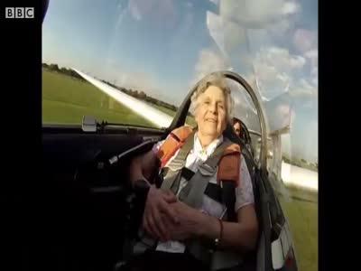 Столетняя бабушка празднует день рождения (4.228 MB)
