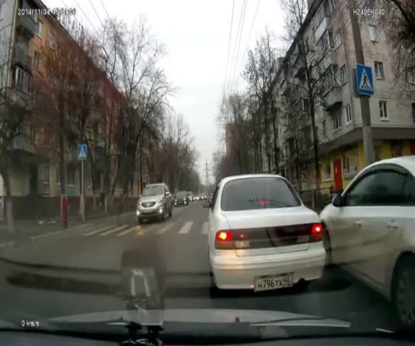 Водитель перевел бабушку через дорогу (4.831 MB)