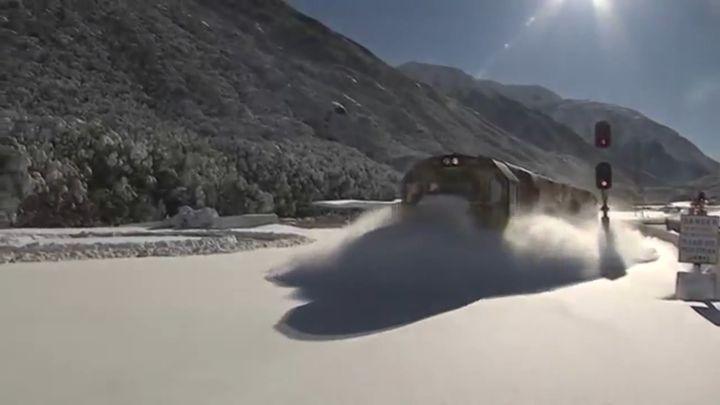 Поезда рассекают снег (14.245 MB)