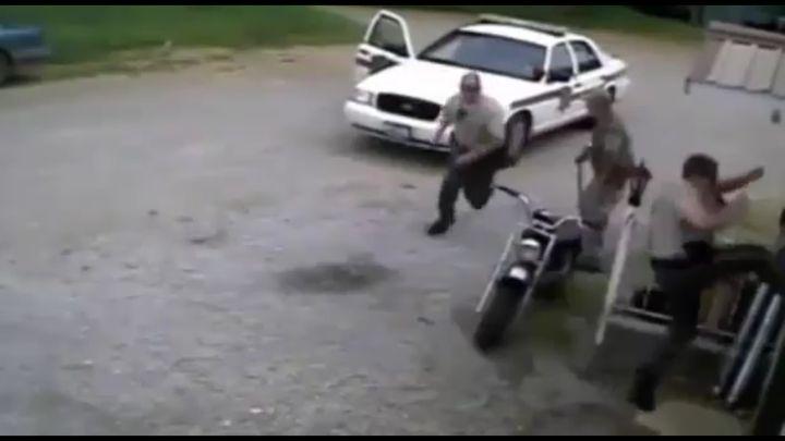 Пока полицейский выбивал дверь, преступник спокойно уехал (5.471 MB)