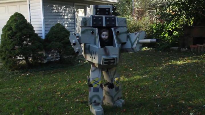 Отец сделал сыну костюм робота (9.667 MB)