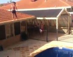 Очень опасный прыжок в бассейн (11.895 MB)