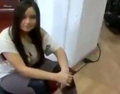 Девушка сидит на вибростенде (8.566 MB)