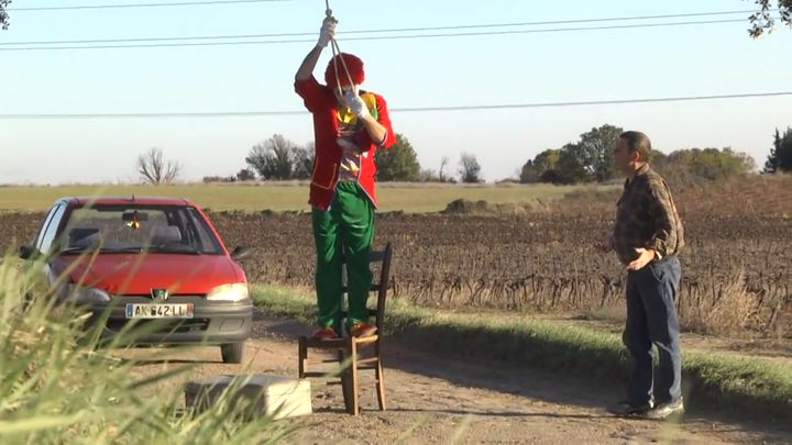 Грустный клоун издевается над прохожими (25.323 MB)