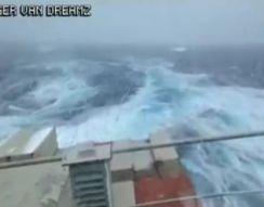 Контейнеровоз попал в жуткий шторм (3.517 MB)