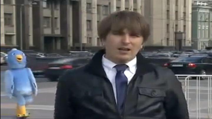 Парень в костюме птицы троллит репортера (7.964 MB)