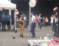 Танцевальная битва старичка и полицейской (5.873 MB)