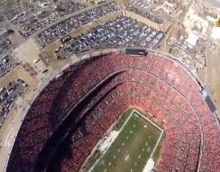 Прыжок с парашютом на стадион (6.583 MB)