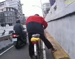 Пьяный мужик на велосипеде (6.320 MB)