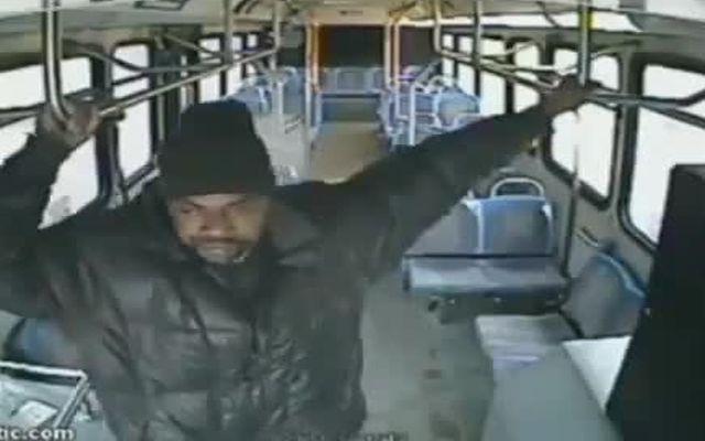 Водитель вышвырнул пьяного негра из автобуса (4.629 MB)