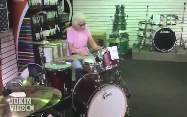 Бабка играет на барабанах (5.377 MB)