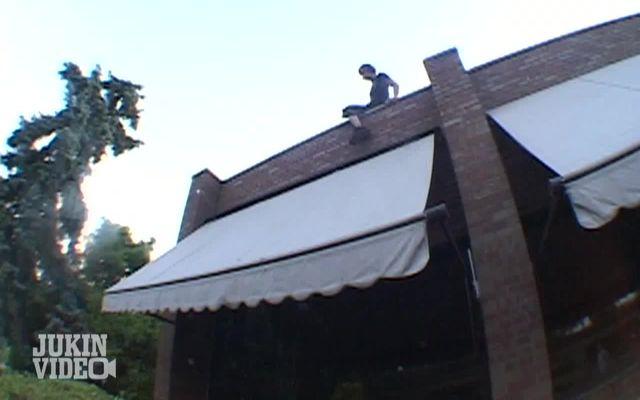 Жесткое падение с крыши (1.902 MB)