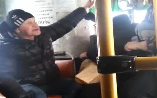 Пассажиры автобуса против неадекватного мужика (12.108 MB)