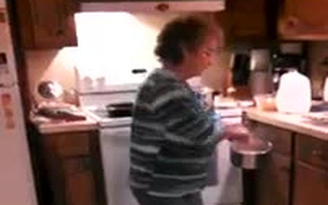 Бабка зажигает под Ice ice Baby (10.321 MB)