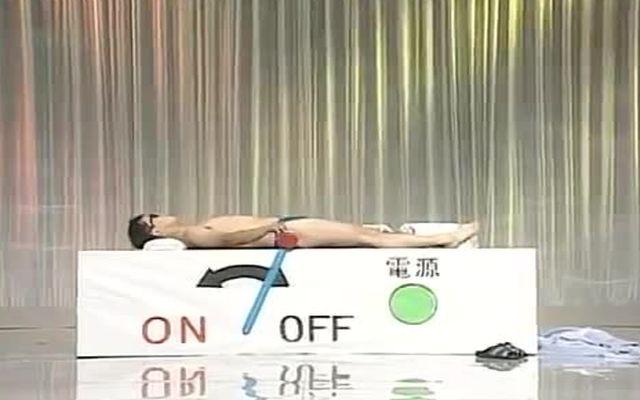 Японец в солярии на телешоу (3.550 MB)