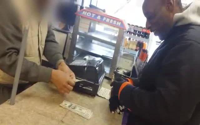 Парень подарил бездомному выигрышный лотерейный билет (12.179 MB)