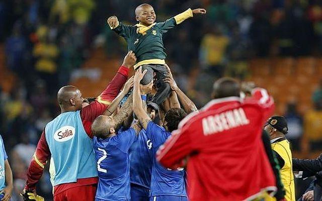Бразильские футболисты исполнили мечту ребенка (5.626 MB)