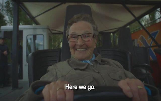 Бабушка катается на американских горках (3.562 MB)