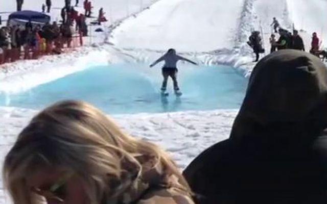Лыжник врезался в девушку (2.107 MB)