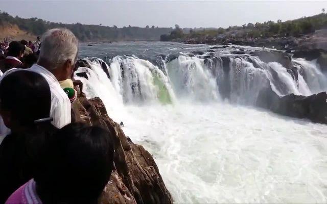 Опасный прыжок возле водопада (1.675 MB)