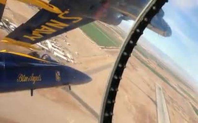 Самолеты летят на минимальном расстоянии (2.428 MB)