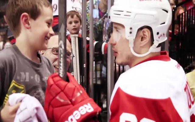 Хоккеист подарил клюшку маленькому фанату (1.144 MB)