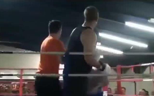Судья успокоил буйного боксера (1.947 MB)