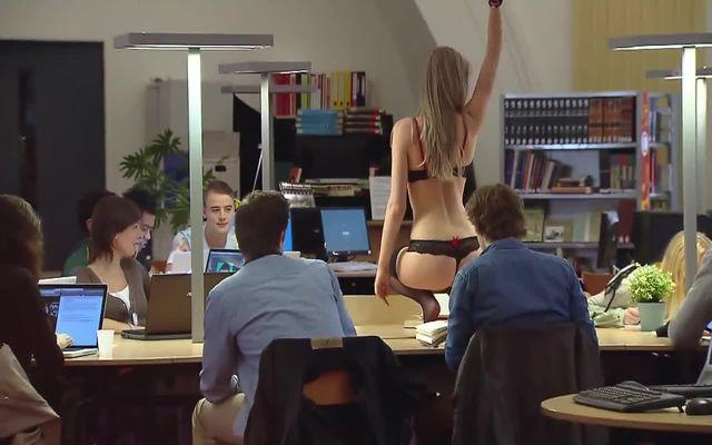 Стриптизерша мешает студентам заниматься (7.156 MB)