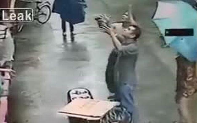 Прохожие спасли выпавшего из окна ребенка (3.076 MB)