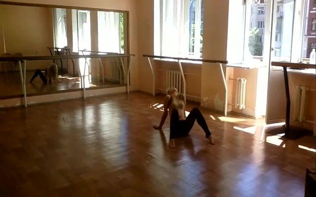 Красивая танцовщица жестко упала (2.310 MB)
