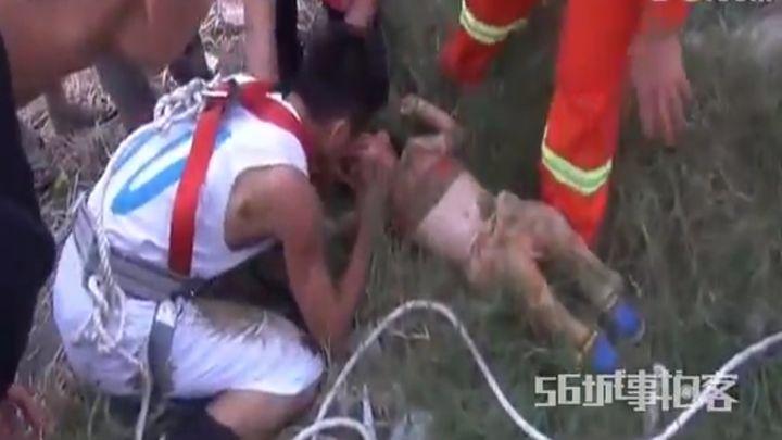Китайский пожарный спасает жизнь ребенку (5.274 MB)