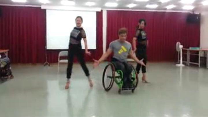 Танец человека с неограниченными возможностями (13.412 MB)