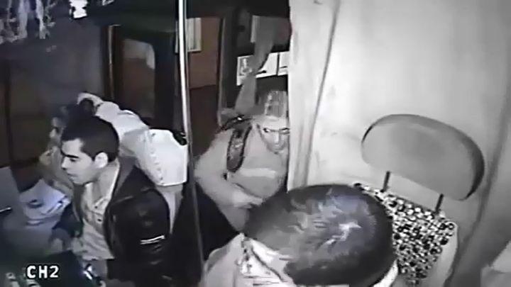 Пассажир автобуса против грабителя (7.876 MB)