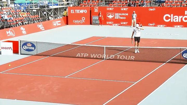 Находчивый теннисист нашел способ обнять огромного соперника (4.445 MB)