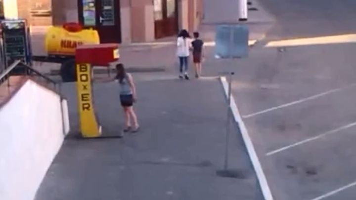 Девушка проверяет силу удара (5.841 MB)