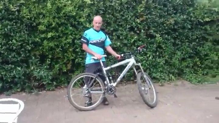Пьяный мужик пытается поехать на велосипеде (7.515 MB)