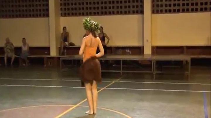 Девушка трясет попкой в таитянском танце (8.601 MB)