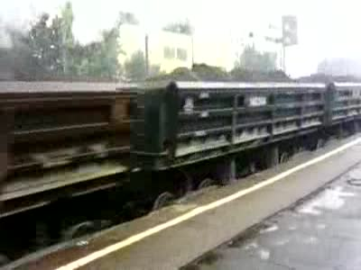 Старый локомотив промчался мимо перрона (1.625 MB)