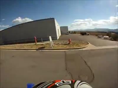 Безумный водитель пытается сбить мотоциклиста (6.438 MB)