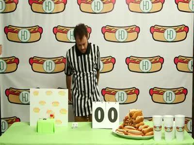 Человек против хомяка в поедании хот-догов (7.413 MB)