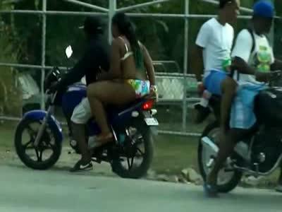 Крупная девушка на мотоцикле (5.332 MB)